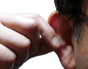 耳の縁を指で挟んでマッサージすると肩こりが楽になる