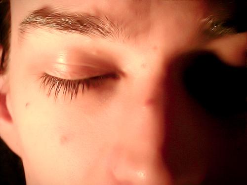 瞼の裏に注意を向け、そっと目を開けてマインドフルネスを終了します