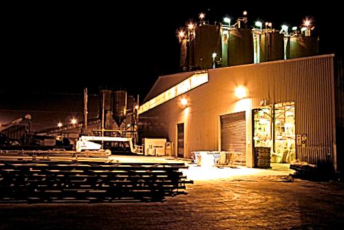夜も操業している工場