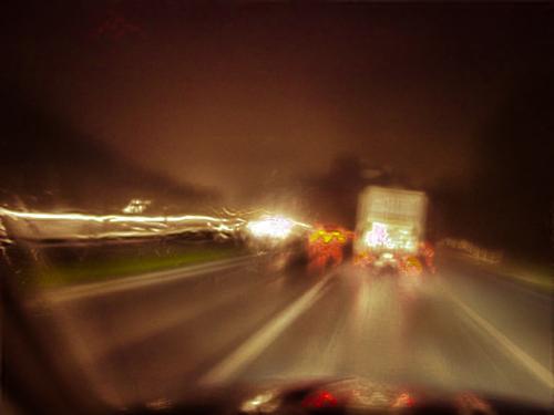 夜中の高速道路を走る